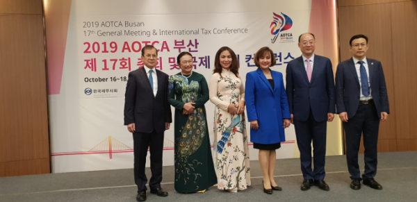 Bà Nguyễn Thị Cúc (thứ 2 từ trái sang) là trưởng đoàn đại diện VTCA tham dự Hội nghị
