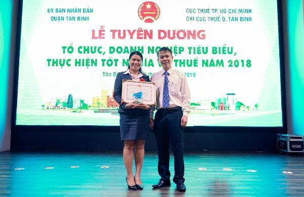 VTAX cùng với Ông Lê Quốc Hùng - Phó Chi Cục Trưởng Chi Cục thuế Q. Tân Bình