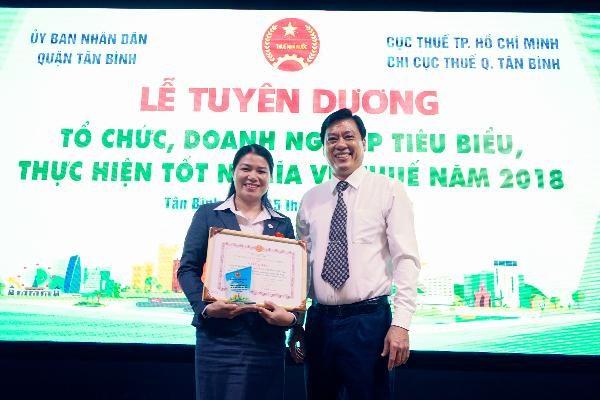 Bà Đồng Như Anh VTAX cùng cán bộ thuế chi cục thuế Tân Bình