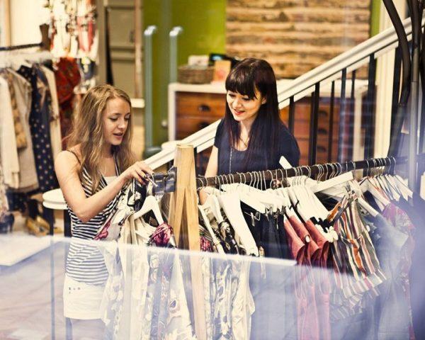 Shop quần áo có thể điều chỉnh sản phẩm để đáp ứng nhu cầu của khách hàng.